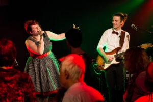 Amy Sängerin aus Freiburg mit Joni, dem Gitarrist von Gentle Session auf der Bühne